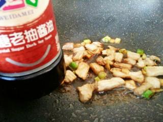 #猪年#五花肉炒香菇,加入生抽和老抽