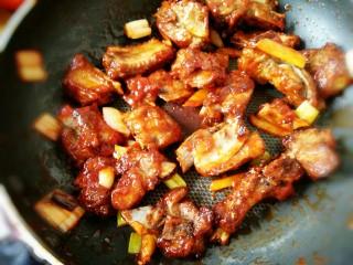 #猪年#糖醋排骨,下入炸好的排骨翻炒,裹满糖醋汁至均匀(可以加少许盐)