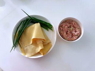 #猪年#如意福袋,准备好所有食材。猪肉馅是提前剁好的,里面加有生姜、大葱,少量盐,五香粉,买肉的地方免费加工,态度又好,何乐而不为呢,减少烹饪时间,能让你爱上下厨,原来做饭也很美妙的。