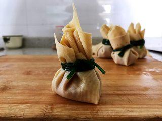 #猪年#如意福袋,用豆腐皮将肉馅包起来,收口处用葱叶扎一下,打个结。