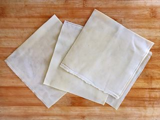 #猪年#如意福袋,豆腐皮(也叫千张)一张切成四个,大概有15厘米长宽的小方块。