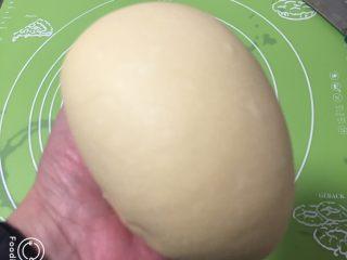 奶黄小面包,拿出用手捻至表面光滑,放入模具,盖上保鲜膜。