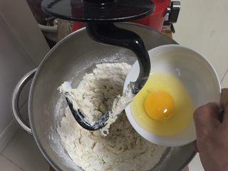 奶黄小面包,加入鸡蛋。