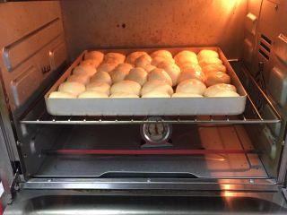 奶黄小面包,烤箱预热至180度,烤制20分钟。