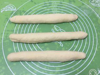 奶黄小面包,将剂子擀成长条。