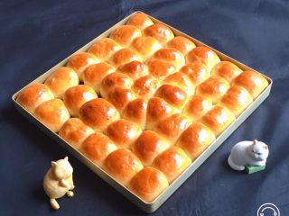奶黄小面包,烤完拿出冷却。