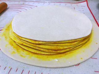 姜黄千层饼,最后面的一个拿来封顶,上面就不刷了,直接拿来盖上就行。