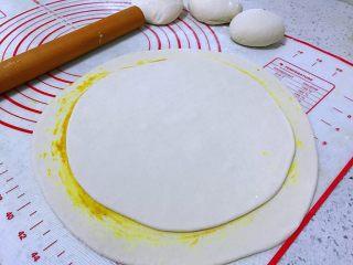 姜黄千层饼,另一个面团擀开,铺在上面,刷姜黄油,重复这样做。