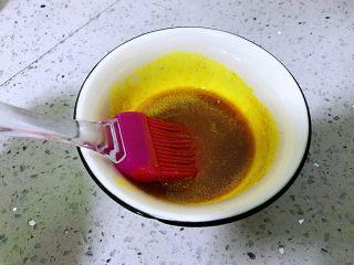 姜黄千层饼,姜黄放入碗中,加盐,放油进去搅匀称,备用。