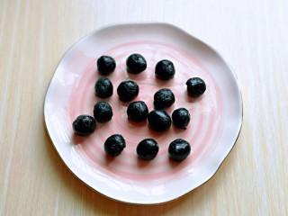 预热元宵节~猪圆玉润芝麻汤圆,再搓出小圆球。(大小可以根据个人喜欢)