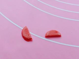 预热元宵节~猪圆玉润芝麻汤圆,再取一片圆形,从中间切开,如图。