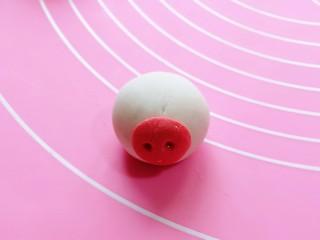预热元宵节~猪圆玉润芝麻汤圆,取一个包好的汤圆,把猪鼻子沾在汤圆上。(可以涂一点水沾猪鼻子)