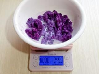 好吃不上火~红枣紫薯发糕,紫薯去皮,切小块,隔水蒸熟,用小勺碾碎,加入20g牛奶,搅拌均匀。