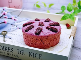 好吃不上火~红枣紫薯发糕,取出模具,趁热脱模。