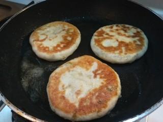 葱油蛋夹馍  新文美食,煎制两面金黄即可。