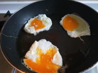 葱油蛋夹馍  新文美食,在打入三个鸡蛋,把蛋黄挑开,在撒上少许盐,煎制金两熟透为止。