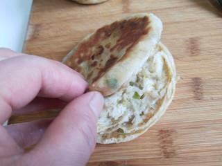 葱油蛋夹馍  新文美食,把葱油烧饼用刀片开,不能片断。