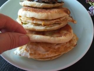 葱油蛋夹馍  新文美食,做好的鸡蛋夹馍很香。