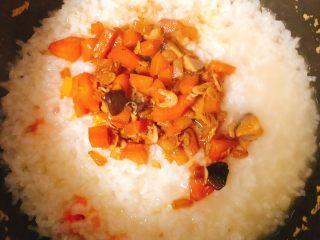 虾米时蔬红薯烩饭,等米饭蒸到快收水的状态倒入炒好的时蔬