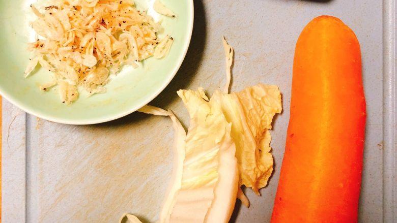 虾米时蔬红薯烩饭,胡萝卜半根,白菜适量,虾米适量(怕有的宝宝对虾米过敏也可少放)!红心红薯1个,香菇1个!