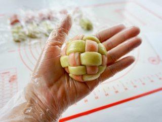 新年自制伴手礼—双色绣球酥,底部收好,揉圆。把剩余的全部包好。