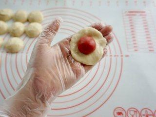 新年自制伴手礼—双色绣球酥,油皮压扁,把油酥放在油皮中间