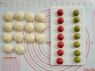 新年自制伴手礼—双色绣球酥,把油皮平均分成14份,揉成小球;两种颜色的油酥平均分成7份,揉成小球。