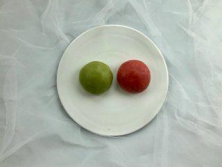新年自制伴手礼—双色绣球酥,把(油酥)面团平均分成两份,分别揉进适量的草莓粉和麦青粉,揉至颜色均匀备用。