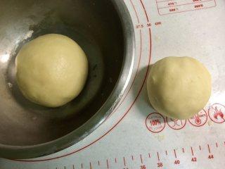 新年自制伴手礼—双色绣球酥,把(油酥)的所有食材混合均匀,揉成团,油皮面团先盖上保鲜膜醒面20分钟。