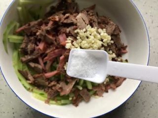 牛肉红肠拌黄瓜,加一丢丢细盐,由于黄瓜已经腌制过了,卤牛肉和红肠也是带有咸味的,所以这里的细盐不要加多了