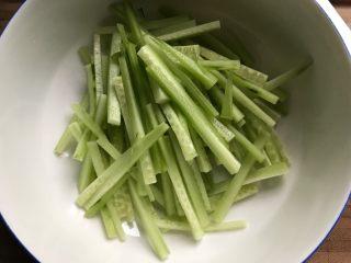 牛肉红肠拌黄瓜,黄瓜去皮洗净之后切成丝,不要太细