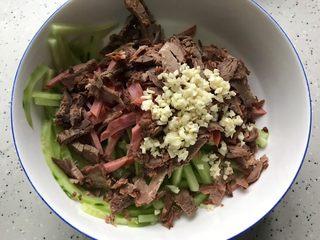 牛肉红肠拌黄瓜,将所有食材混合