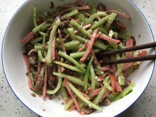 牛肉红肠拌黄瓜,用筷子搅拌均匀