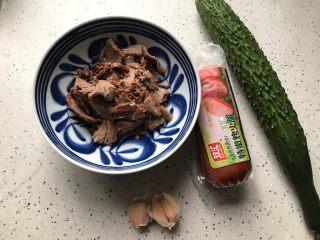牛肉红肠拌黄瓜,首先我们准备好所有食材