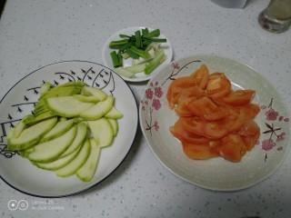 西红柿炒西葫芦,西葫芦切片,西红柿切块,蒜苗切段 。
