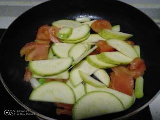 西红柿炒西葫芦,放入西葫芦片。