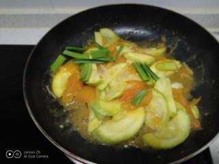 西红柿炒西葫芦,放入蒜苗叶。