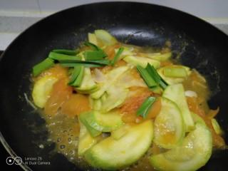西红柿炒西葫芦,放入适量盐。
