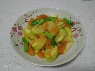 西红柿炒西葫芦,盛入盘中。