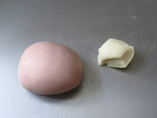 猪年大吉【猪猪卡通馒头】 ,揉成一个粉红色面团,剩余的面团约20克,加盖保鲜膜