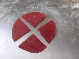 猪年大吉【猪猪卡通馒头】 ,现在来制作小猪的肚兜,在白色面团中,取8克加入多一点的红曲粉,揉成大红色,将揉好的面团擀成圆片,十字切开