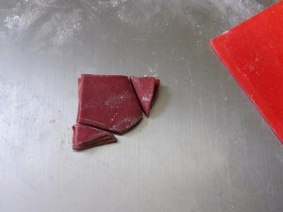 猪年大吉【猪猪卡通馒头】 ,将4份面片表面刷点干面粉,防黏,然后叠起来,用小刀切出小肚兜的造型,叠起来切的好处是,4份肚兜的大小都完全一样