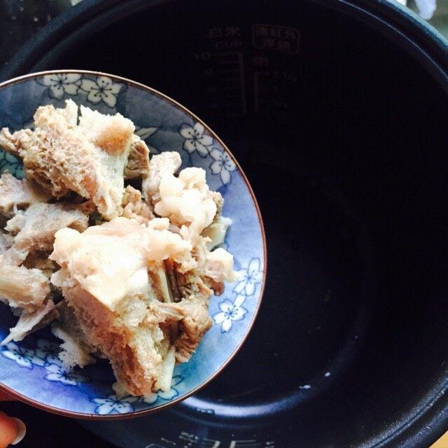 #猪肋排#筒骨胡萝卜粥,筒骨倒入电饭煲内胆里