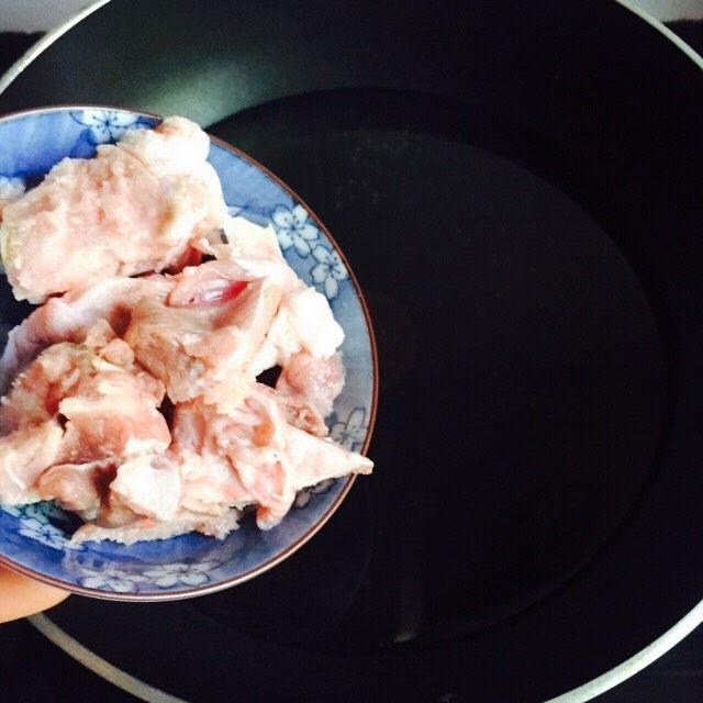 #猪肋排#筒骨胡萝卜粥,倒入筒骨