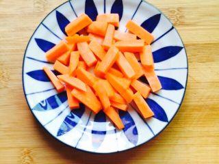 #猪肋排#筒骨胡萝卜粥,胡萝卜清洗干净去皮切条状