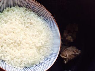 #猪肋排#筒骨胡萝卜粥,倒入大米