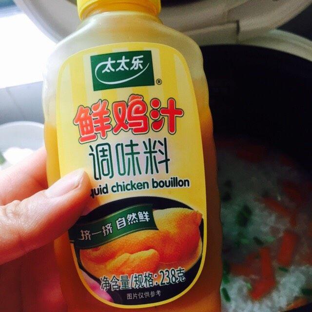 #猪肋排#筒骨胡萝卜粥,挤入2、3滴鲜鸡汁并搅拌均匀