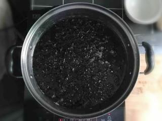 紫菜虾皮鸡蛋面,汤锅內加适量的水,冷水倒入紫菜。