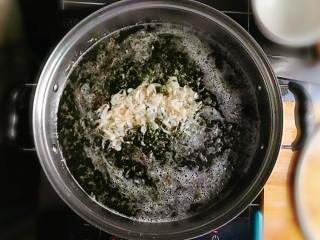 紫菜虾皮鸡蛋面,大火将水烧热,冒烟后,倒入虾皮,并用汤勺搅拌均匀。