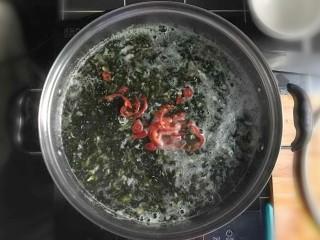 紫菜虾皮鸡蛋面,转小火,倒入切好的红辣椒。